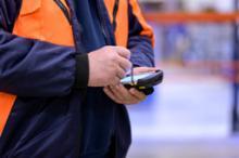 Fahrer_mit_Scanner_k Gebrüder Weiss stattet Personal bis Jahresende mit 3.500 mobile Datenterminals von TIS aus
